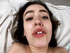 Страстная русская девка с большой грудью громко кричит во время ебли
