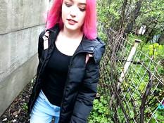 Русская вебкам модель сосала хуй на улице и трахалась с парнем в доме