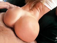 Спортивная блондинка с упругой задницей сосёт член и ебётся с парнем