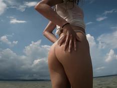 Молодой человек трахает юную блондинку на песчаном тропическом пляже