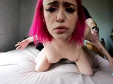Грудастая русская девка с розовыми волосами бешено трахается с парнем