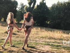 Паренёк отымел юную блондинку в лесу в присутствии её рыжей подружки