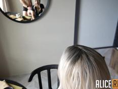 Игривая сиськастая блондинка оттрахана в киску и забрызгана спермой