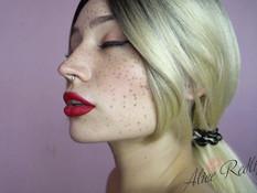 Юная блондинка с веснушками на лице высасывает всю сперму из члена