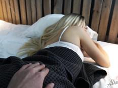 Красивая блондинка с веснушками на лице оттрахана и заполнена спермой