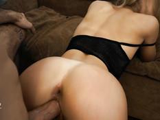 Перевозбуждённый парень отымел молодую блондинку во влагалище и анус