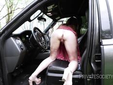 Женщина остановила машину в лесу и стала мастурбировать бритую пизду