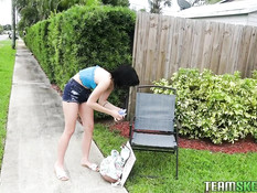 Мужчина зашёл во двор к молодой брюнетке и отымел её возле бассейна
