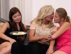 Зрелая лесбиянка занимается любовью с двумя юными русскими девушками