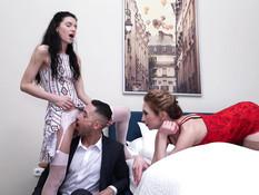 Две развратные русские зрелые дамы трахаются с мужиком и дают в анал