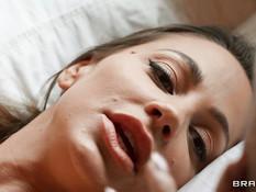 Две сисястые зрелые дамы на кровати бешено ебутся с двумя мужчинами