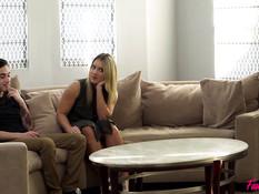 Две молодые блондинки ебутся на диване с парнишкой и усатым мужчиной