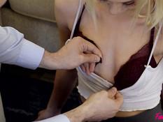 Страстная групповая секс оргия на диване молодой пары со зрелой парой