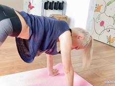 Грудастая русская блондинка отвлеклась от гимнастики и стала сосать