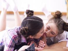 Приглашённый парень отымел двух русских девчонок с маленькими сисями
