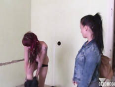 Две молодые чешские пары занимались свинг сексом на полу в квартире