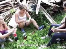 Три горячие девушки любительницы свинг секса ебутся с парнем в парке