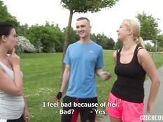 Две молодые парочки любители свинг секса трахаются в кустах на траве
