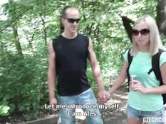 Две молодые пары свингеров после распитого алкоголя трахаются в парке