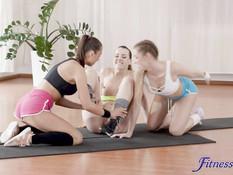 Три молодые лесбиянки отлизывают клиторы на полу в спортивном зале