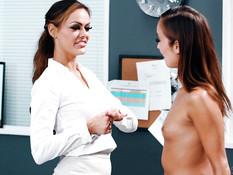 Медсестра занимается лесби сексом с преподавательницей в её кабинете
