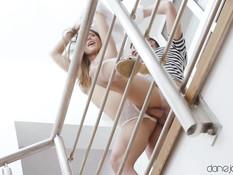 Светловолосая украинская девка ебётся с парнем на лестничной площадке