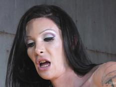 Грудастый транс с татуированным телом отпердолил и обкончал мужчину