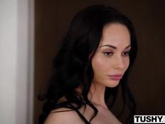 Грудастая русская красотка в чёрном нижнем белье отпердолена в анал