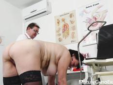 Пышная сисястая мамочка оттрахана секс машиной на приёме у гинеколога