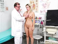 Грудастая зрелая блондинка с большими дойками оттрахана у гинеколога