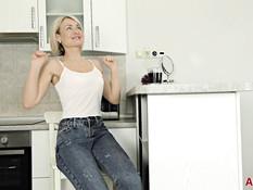 Зрелая русская блондинка с короткой стрижкой оголила стройную фигуру