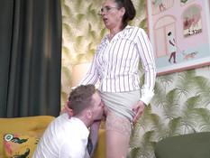 Пожилая очкастая шатенка совращает молодого паренька на секс с ней
