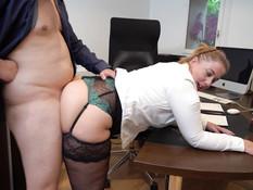Толстая секретарша в своём кабинете ебётся в анал с двумя мужчинами