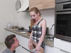 Пацан отодрал в волосатую киску рыжую русскую даму с большой грудью