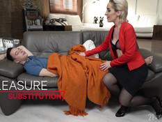 Разбуженный парень оттрахал на диване сиськастую белорусскую дамочку