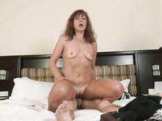 Похотливая русская дамочка трахается на кровати с молодым пареньком