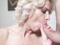Возбуждённая русская мамочка с худым телом затрахала молодого парня