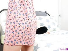 Гибкая сиськастая русская девчонка трахается с приятелем на кровати