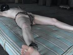 Строгий хозяин привязал молодую рыжеволосую рабыню и отымел фаллосом