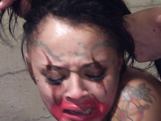 Клоуны в клетке отодрали татуированную тёлку во все доступные дырки