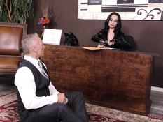 Темноволосая русская госпожа с большой грудью заставила раба отлизать
