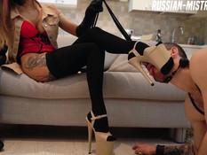 Послушный раб лижет ноги и пизду юной русской госпоже с татуировками
