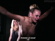 Две бессердечные лесбиянки привязали и выпороли грудастую блондинку
