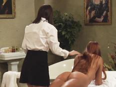 После порки юные секс рабыни занялись лесбийским сексом с госпожами