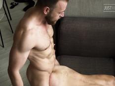 Спортивный гей с бородой отпердолил худого друга в разработанный анус