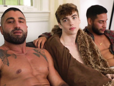 Двое брутальных татуированных геев отпердолили в очко худого парня