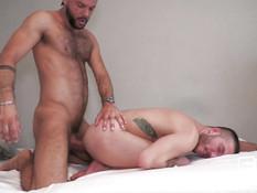 Спортивный бородатый гей отпердолил небритого любовника на кровати