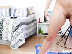 Беременная латинская брюнетка занимается гимнастикой и ласкает грудь