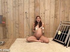 Беременная рыжеволосая девчонка пытается высосать молоко из сосков