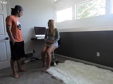 Он вошёл в комнату и оттрахал на полу грудастую беременную блондинку